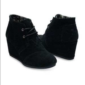 Toms Black Desert Wedge Ankle Booties Sherpa Lined